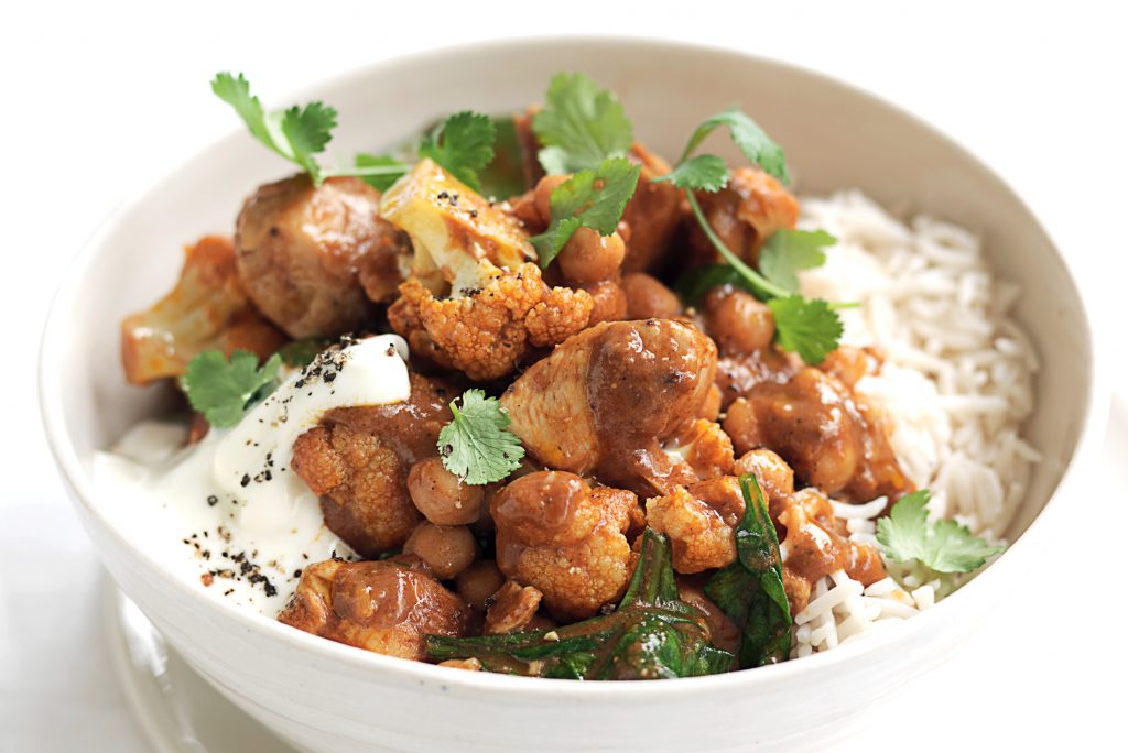 Butter chicken with chickpeas, spinach and yoghurt