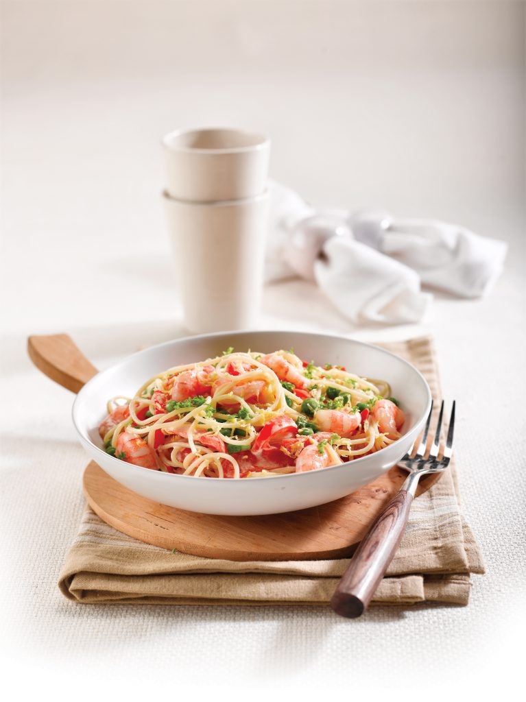 Lemony pasta with prawns, peas and peppers