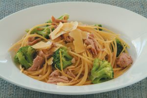 Spaghetti with tuna, lemon and broccoli