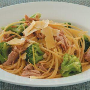 Spaghetti with tuna, lemon and broccoli
