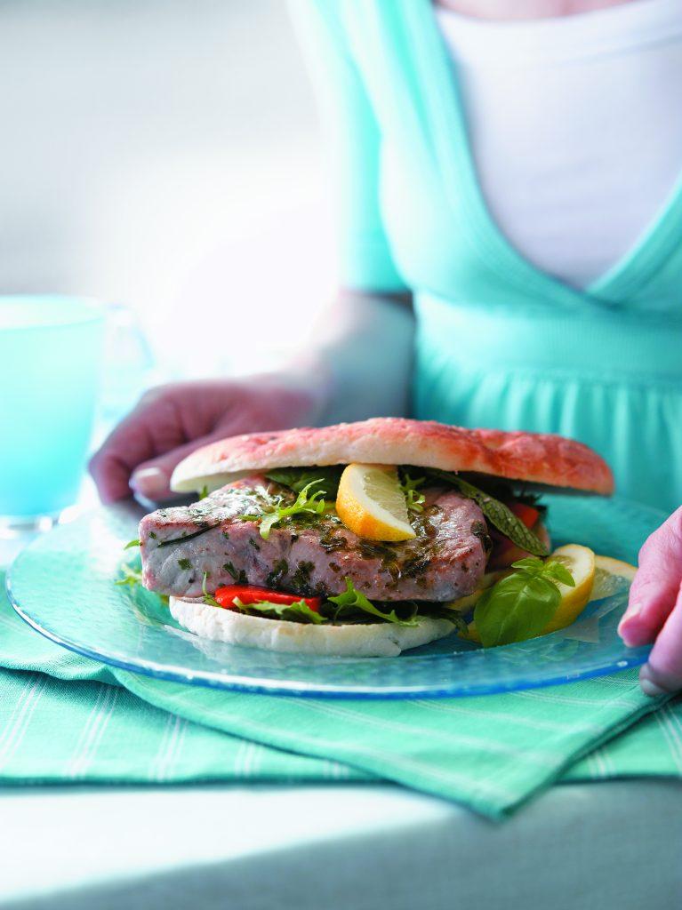 Tuna burger with lemon dressing