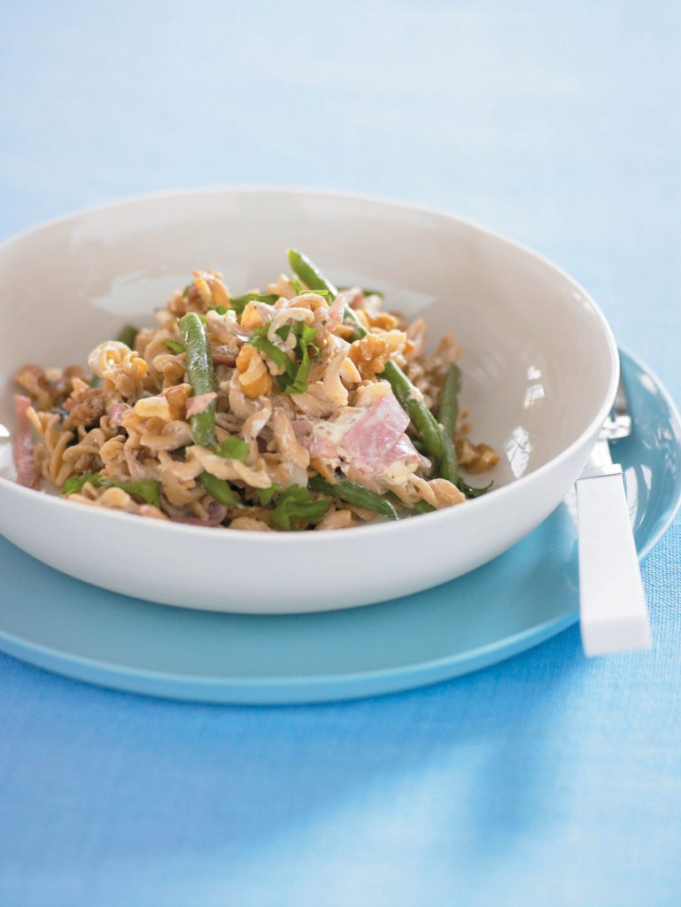 Wholemeal pasta with beans and walnut sauce