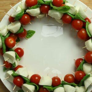 How to make: Caprese salad Christmas wreaths