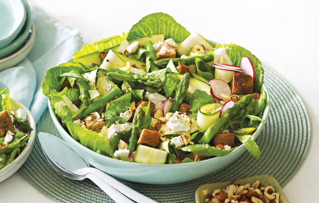 Spring salad with asparagus, goats' cheese and hazelnuts